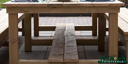tafel met planken onder